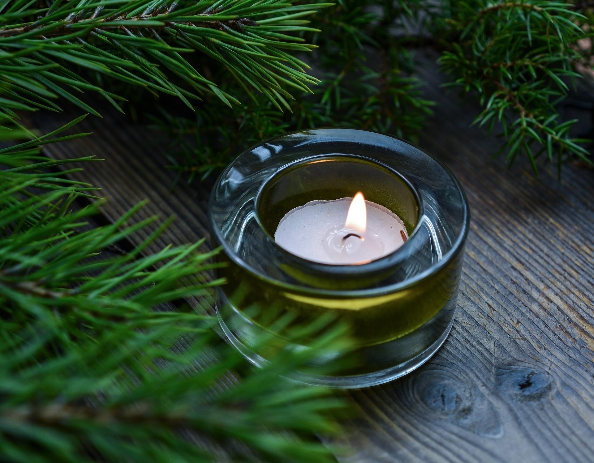 svíčka na stole