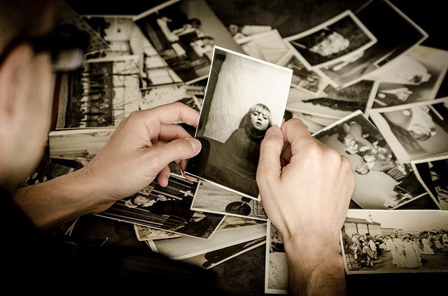 prohlížení starých fotek.jpg