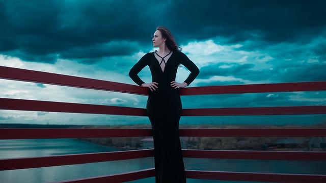 černé šaty ženy