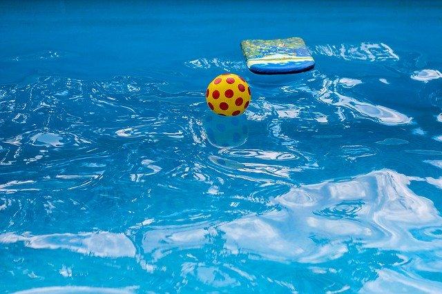hračky v bazénu