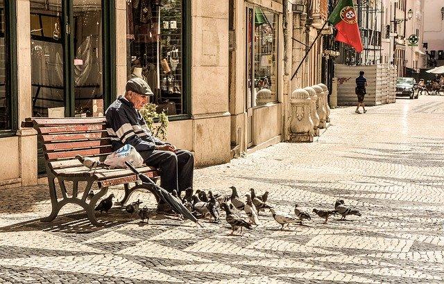 dědeček na lavičce